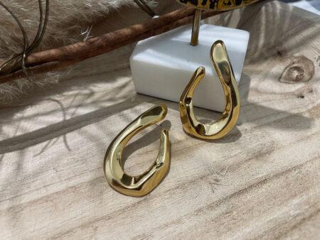 Ατσάλινα χρυσά σκουλαρίκια με σφυρήλατη, κυματιστή, γυαλιστερή επιφάνεια